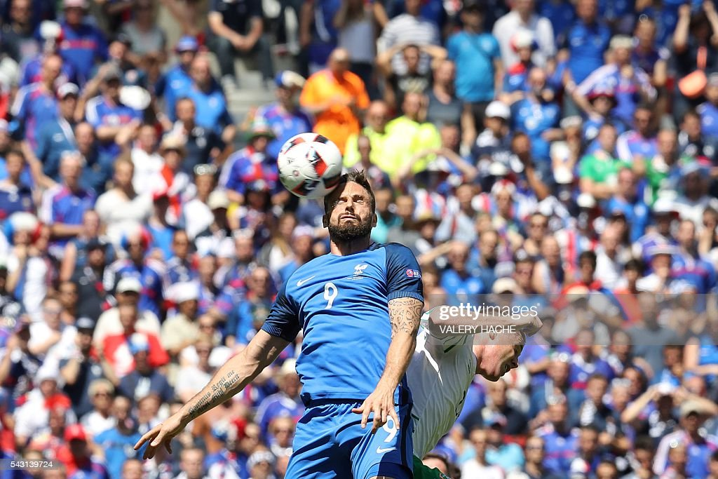TOPSHOT - France's forward Olivier Giroud (L) and Ireland's midfielder James McCarthy vie for the ball during the Euro 2016 round of 16 football match between France and Republic of Ireland at the Parc Olympique Lyonnais stadium in Décines-Charpieu, near Lyon, on June 26, 2016. / AFP / Valery HACHE