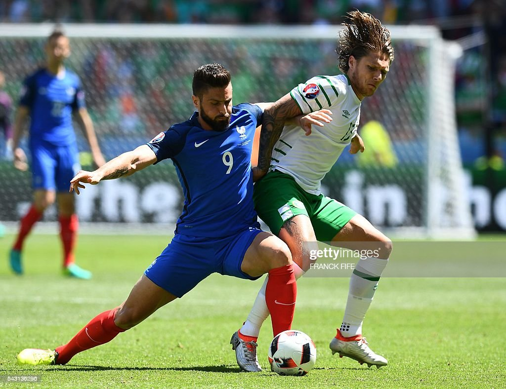 France's forward Olivier Giroud (L) and Ireland's midfielder Jeffrey Hendrick vie for the ball during the Euro 2016 round of 16 football match between France and Republic of Ireland at the Parc Olympique Lyonnais stadium in Décines-Charpieu, near Lyon, on June 26, 2016. / AFP / FRANCK