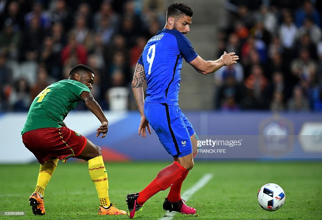 France's forward Olivier Giroud (R) fights for the ball with Cameroon's defender Aurelien Chedjou during the International friendly football match between France and Cameroon at the Beaujoire stadium, in Nantes, western France, on May 30, 2016 as part of the French team's preparation for the upcoming Euro 2016 European football championships. / AFP / FRANCK