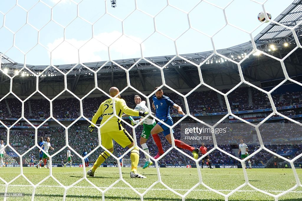 France's forward Olivier Giroud (R) heads the ball towards Ireland's goalkeeper Darren Randolph (L) during the Euro 2016 round of 16 football match between France and Republic of Ireland at the Parc Olympique Lyonnais stadium in Décines-Charpieu, near Lyon, on June 26, 2016. / AFP / FRANCK