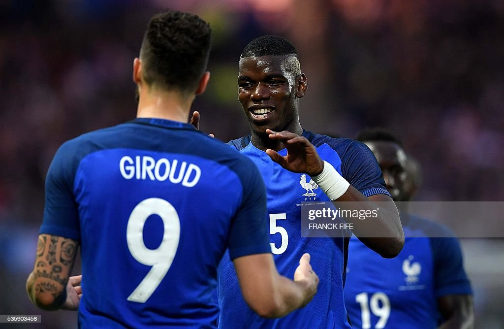 France's forward Olivier Giroud (L) is congratulated by France's midfielder Paul Pogba after scoring a goal during the International friendly football match between France and Cameroon at the Beaujoire stadium, in Nantes, western France, on May 30, 2016 as part of the French team's preparation for the upcoming Euro 2016 European football championships. / AFP / FRANCK