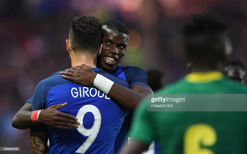 France's forward Olivier Giroud (L) is congratuled by France's midfielder Paul Pogba after a scoring a goal during the friendly football match between France and Cameroon, at the Beaujoire Stadium in Nantes, western France, on May 30, 2016. / AFP / FRANCK