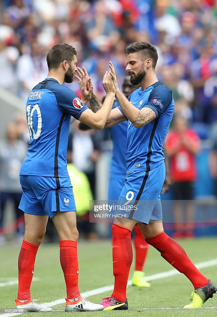 France's forward Olivier Giroud (R) leaves the pitch for France's forward Andre-Pierre Gignac during the Euro 2016 round of 16 football match between France and Republic of Ireland at the Parc Olympique Lyonnais stadium in Décines-Charpieu, near Lyon, on June 26, 2016. / AFP / Valery HACHE