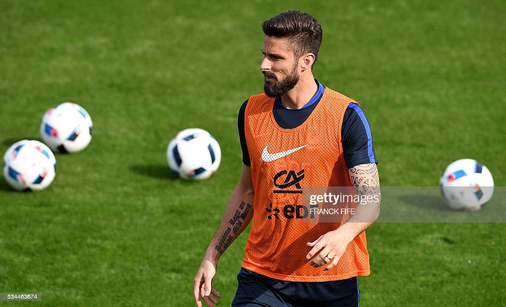 France's forward Olivier Giroud looks on during a training session in Clairefontaine en Yvelines on May 26, 2016, as part of the team's preparation for the upcoming Euro 2016 European football championships. / AFP / FRANCK