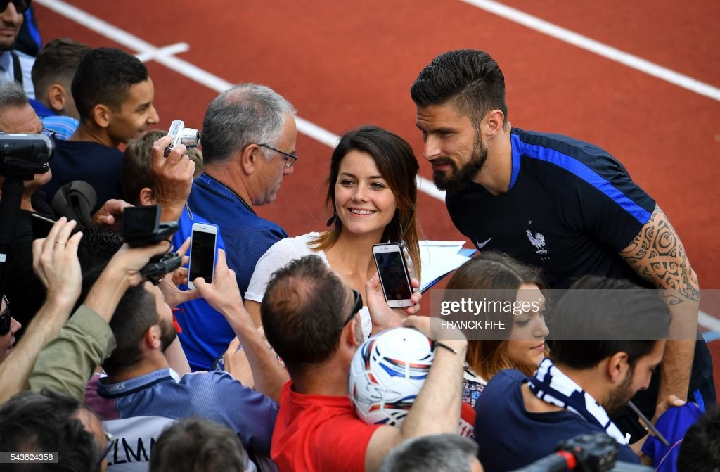 France's forward Olivier Giroud (R) poses for pictures before a training session in Clairefontaine-en-Yvelines, southwest of Paris, on June 29, 2016, during the Euro 2016 football tournament. / AFP / FRANCK
