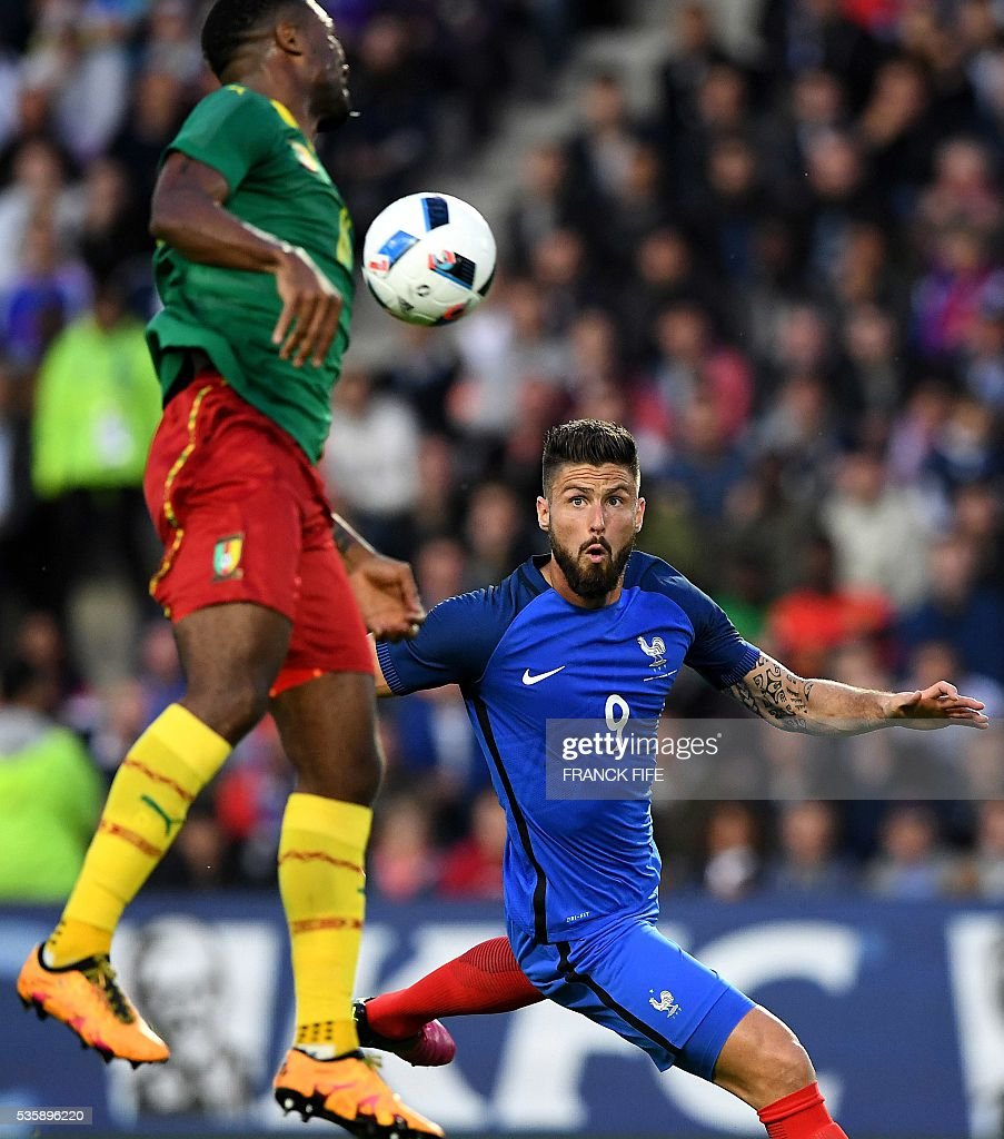 France's forward Olivier Giroud (R) scores a goal during the friendly football match between France and Cameroon, at the Beaujoire Stadium in Nantes, western France, on May 30, 2016. / AFP / FRANCK
