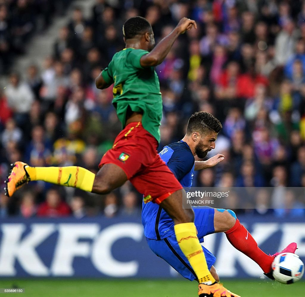 France's forward Olivier Giroud (R) scores a goal during the International friendly football match between France and Cameroon at the Beaujoire stadium, in Nantes, western France, on May 30, 2016 as part of the French team's preparation for the upcoming Euro 2016 European football championships. / AFP / FRANCK