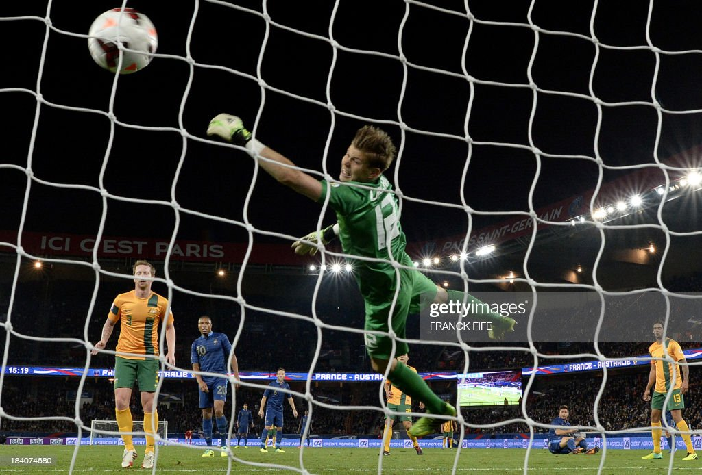 France's forward Olivier Giroud (3rd L) scores past Australia's goalkeeper Mitchell Langerak (C) during the friendly football match France vs Australia on October 11, 2013 at the Parc des Princes Stadium in Paris. AFP PHOTO / FRANCK FIFE