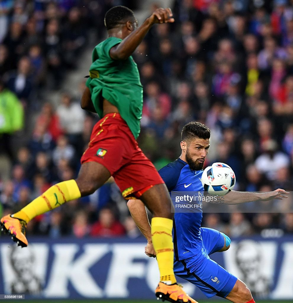 France's forward Olivier Giroud (R) shoots and scores a goal during the friendly football match between France and Cameroon, at the Beaujoire Stadium in Nantes, western France, on May 30, 2016. / AFP / FRANCK