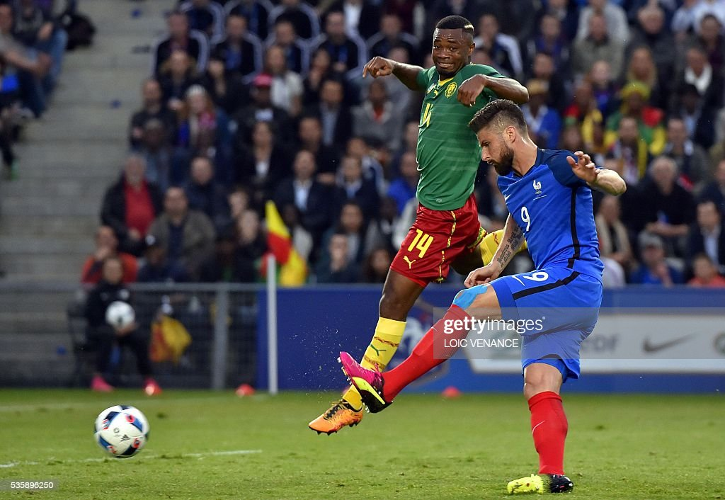 France's forward Olivier Giroud (R) shoots the ball and scores during the International friendly football match between France and Cameroon at the Beaujoire stadium, in Nantes, western France, on May 30, 2016 as part of the French team's preparation for the upcoming Euro 2016 European football championships. / AFP / LOIC