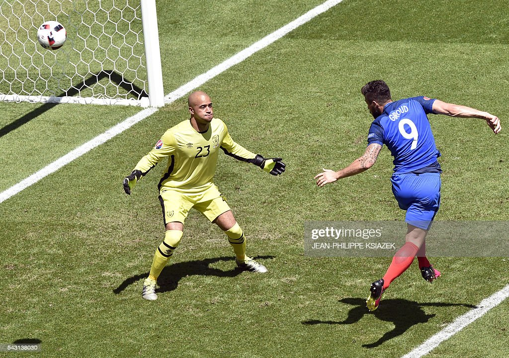 France's forward Olivier Giroud (R) tries to score past Ireland's goalkeeper Darren Randolph during the Euro 2016 round of 16 football match between France and Republic of Ireland at the Parc Olympique Lyonnais stadium in Décines-Charpieu, near Lyon, on June 26, 2016. / AFP / JEAN
