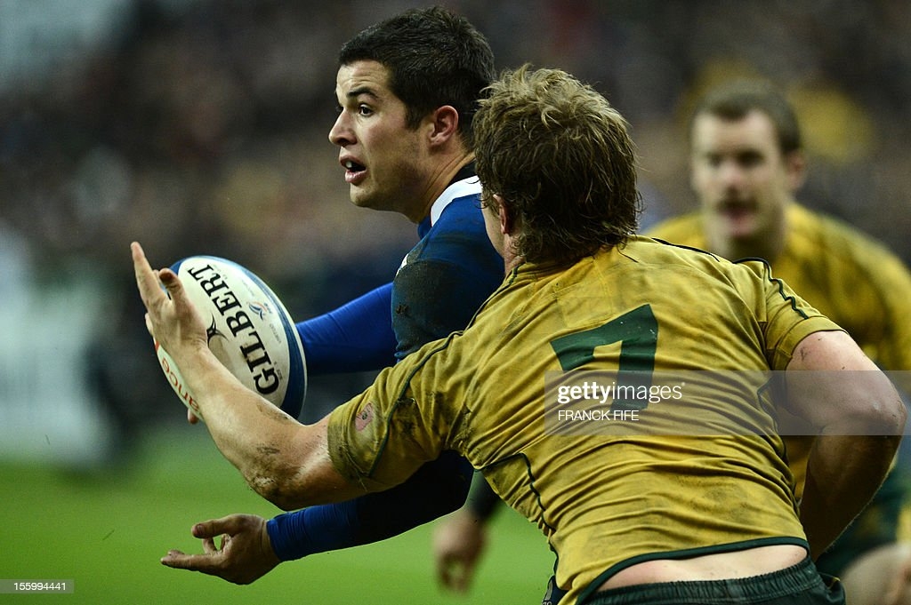 France's full back Brice Dulin (L) fights for the ball with Australia's flanker Michael Hooper during the rugby union test match France vs Australia at the Stade de France on November 10, 2012 in Saint-Denis, north of Paris. France won 33-6. AFP PHOTO / FRANCK FIFE