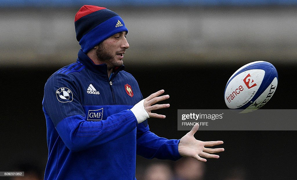 Frances full back Maxime Medard passes the ball during a training session in Marcoussis, south of Paris, on February 9, 2016, ahead of the Six Nations international rugby union match between France and Irland. / AFP / FRANCK FIFE