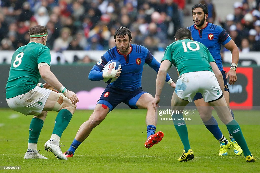 France's fullback Maxime Medard (C) faces Ireland's Number Eight Jamie Heaslip (L) and Ireland's fly-half Jonathan Sexton during the Six Nations international rugby union match between France and Ireland at the Stade de France Stadium in Saint-Denis, north of Paris, on February 13, 2016. AFP PHOTO / THOMAS SAMSON / AFP / THOMAS SAMSON