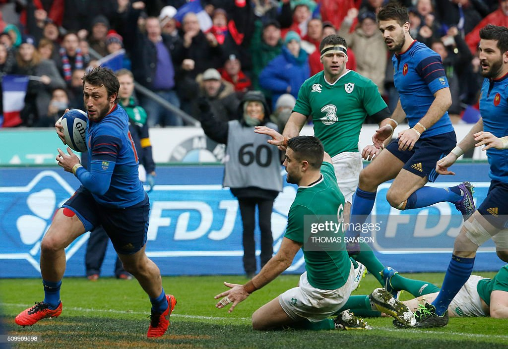 France's fullback Maxime Medard (L) runs on his way to score the winning try during the Six Nations international rugby union match between France and Ireland at the Stade de France Stadium in Saint-Denis, north of Paris, on February 13, 2016. AFP PHOTO / THOMAS SAMSON / AFP / THOMAS SAMSON