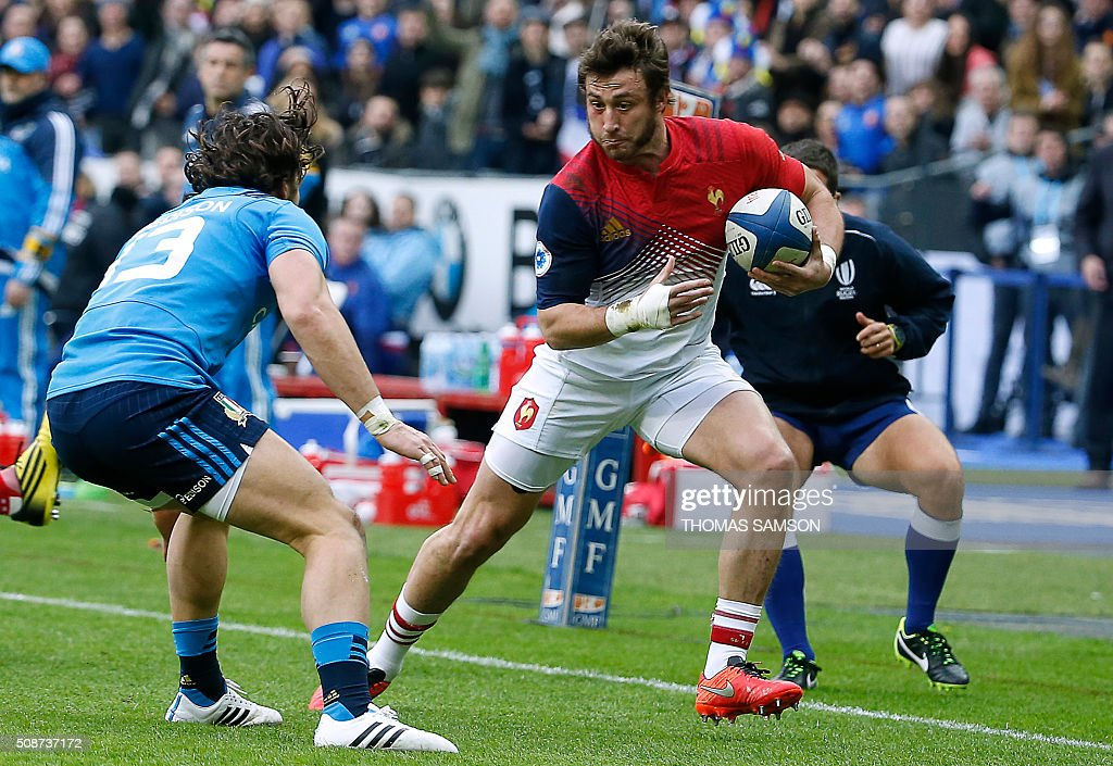 France's fullback Maxime Medard (R) runs to evade Italy's centre Michele Campagnaro (L) during the Six Nations international rugby union match between France and Italy at the Stade de France in Saint-Denis, north of Paris, on February 6, 2016. AFP PHOTO / THOMAS SAMSON / AFP / THOMAS SAMSON