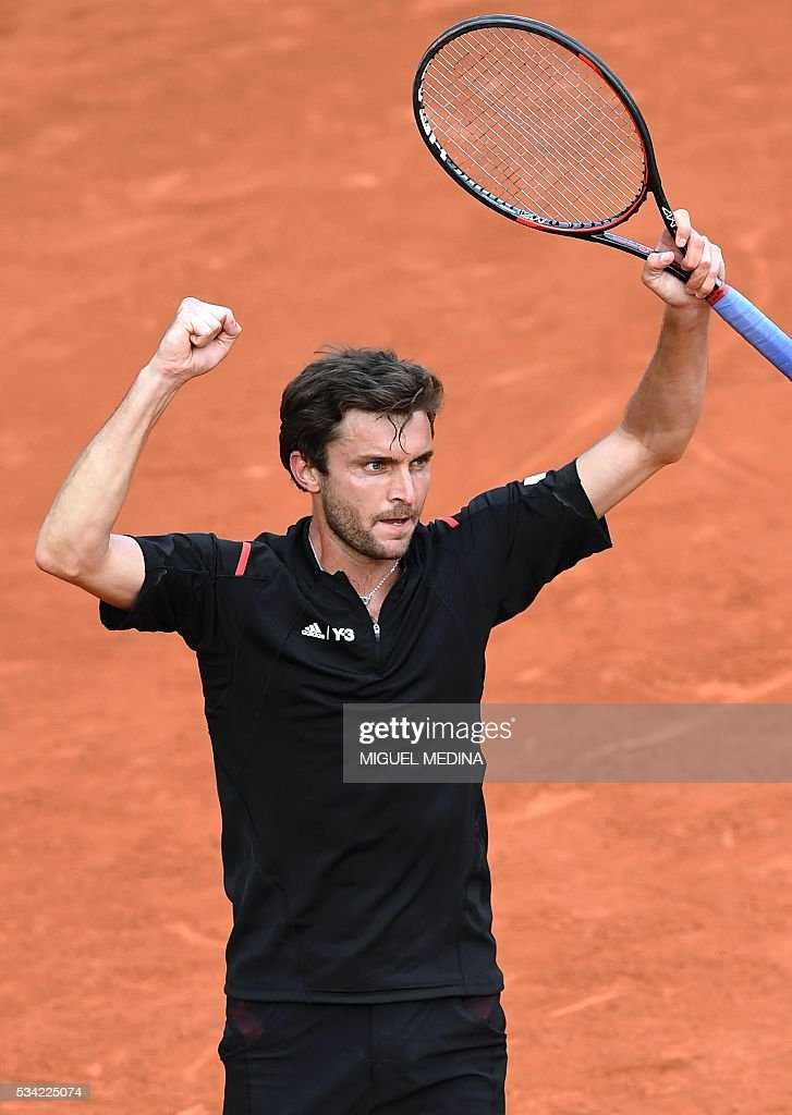 France's Gilles Simon celebrates after winning his men's second round match against Argentina's Guido Pella at the Roland Garros 2016 French Tennis Open in Paris on May 25, 2016. / AFP / MIGUEL