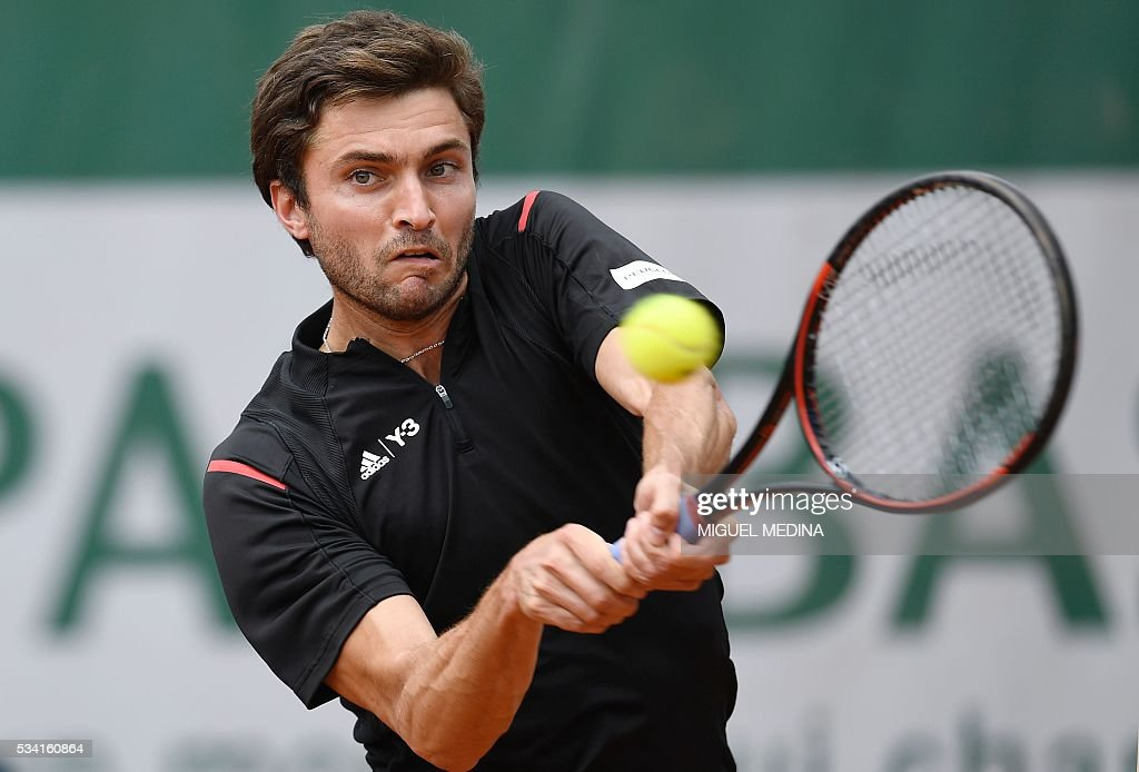 France's Gilles Simon returns the ball to Argentina's Guido Pella during their men's second round match at the Roland Garros 2016 French Tennis Open in Paris on May 25, 2016. / AFP / MIGUEL