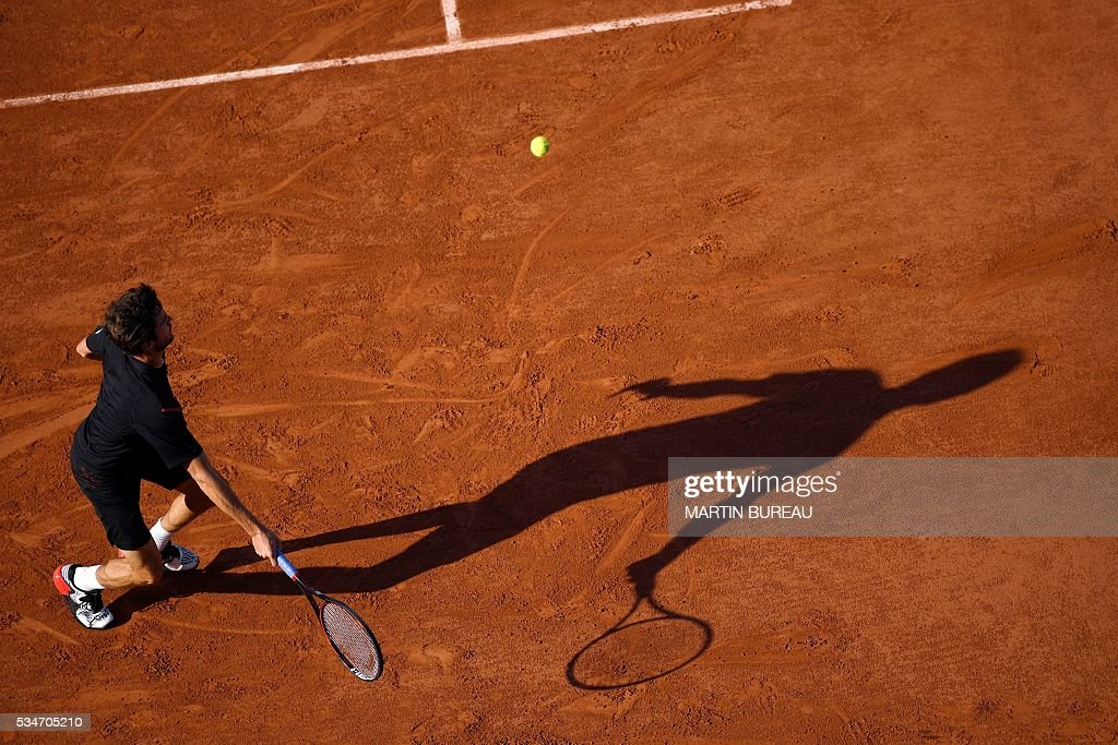 France's Gilles Simon returns the ball to Serbia's Viktor Troicki during their men's third round match at the Roland Garros 2016 French Tennis Open in Paris on May 27, 2016. / AFP / MARTIN