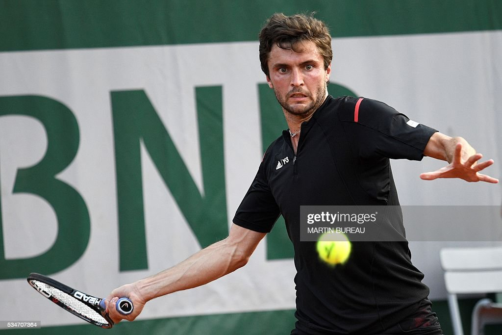 France's Gilles Simon returns the ball to France's Jeremy Chardy during their men's third round match at the Roland Garros 2016 French Tennis Open in Paris on May 27, 2016. / AFP / MARTIN