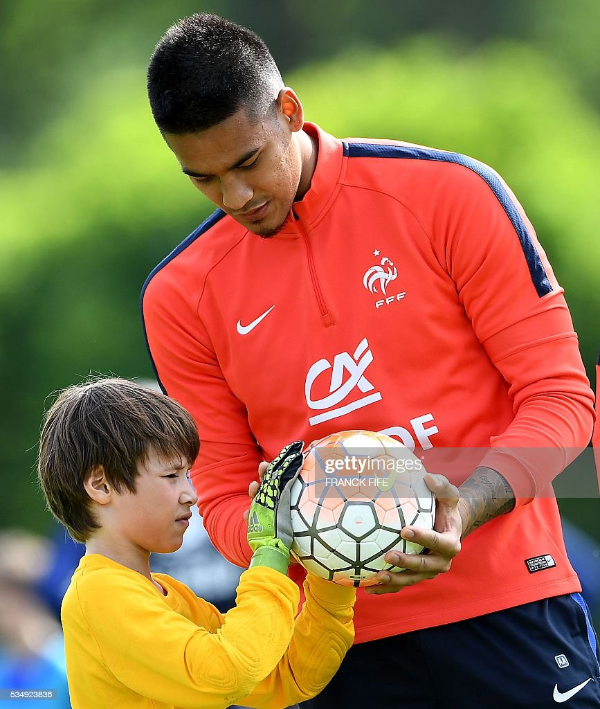France's goalkeeper Alphonse Areola (R) plays with young players before a training session in Clairefontaine-en-Yvelines on May 28, 2016, as part of the team's preparation for the upcoming Euro 2016 European football championships. / AFP / FRANCK