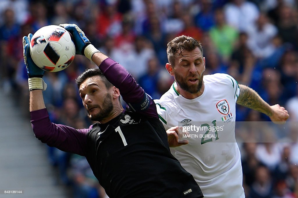 France's goalkeeper Hugo Lloris (L) catches the ball in front of Ireland's forward Daryl Murphy during the Euro 2016 round of 16 football match between France and Republic of Ireland at the Parc Olympique Lyonnais stadium in Décines-Charpieu, near Lyon, on June 26, 2016. / AFP / MARTIN