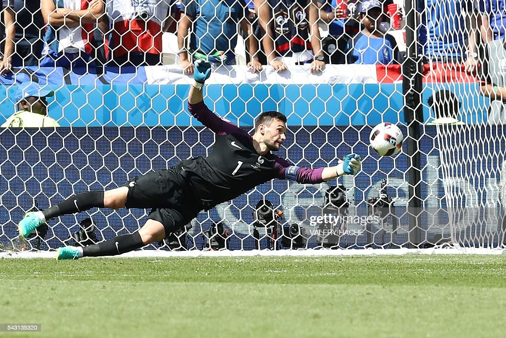 France's goalkeeper Hugo Lloris jumps for the ball during the Euro 2016 round of 16 football match between France and Republic of Ireland at the Parc Olympique Lyonnais stadium in Décines-Charpieu, near Lyon, on June 26, 2016. / AFP / Valery HACHE