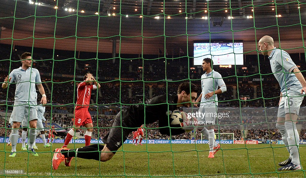 France's goalkeeper Hugo Lloris (C) makes a save during the WC2014 qualifying football match France vs Georgia, on March 22, 2013 at the Stade de France in Saint-Denis, outside Paris. AFP PHOTO / FRANCK FIFE