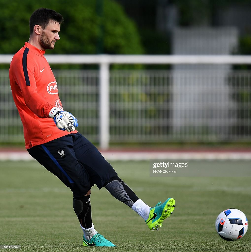 France's goalkeeper Hugo Lloris passes the ball during a training session in Clairefontaine as part of the team's preparation for the upcoming Euro 2016 European football championships, on May 25, 2016. / AFP / FRANCK