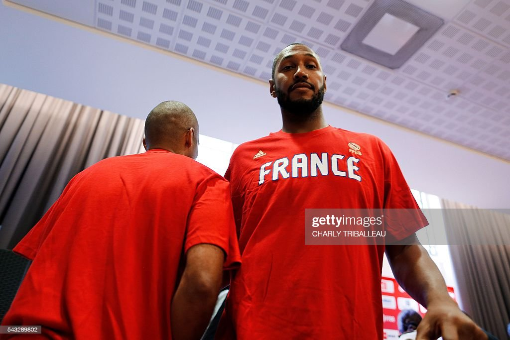 France's guard Tony Parker (L) and France's forward Boris Diaw (R) attend a press conference on June 27, 2016 in Rouen, northwestern France a day before the basketball match between France and Japan. / AFP / CHARLY