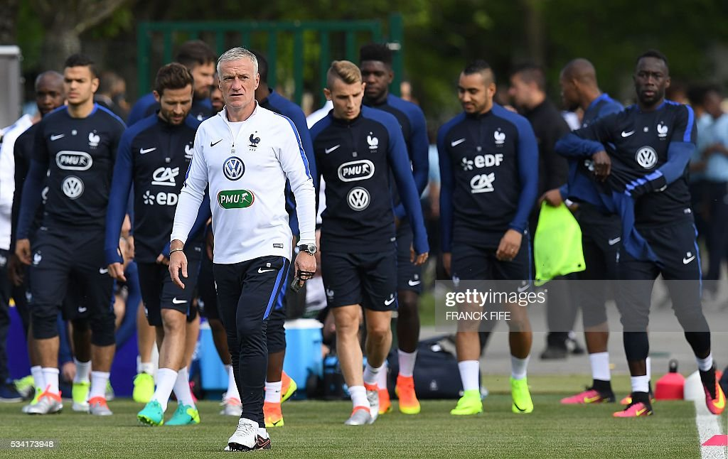 France's head coach Didier Deschamps (C) and his players arrive for a training session in Clairefontaine as part of the team's preparation for the upcoming Euro 2016 European football championships, on May 25, 2016. / AFP / FRANCK
