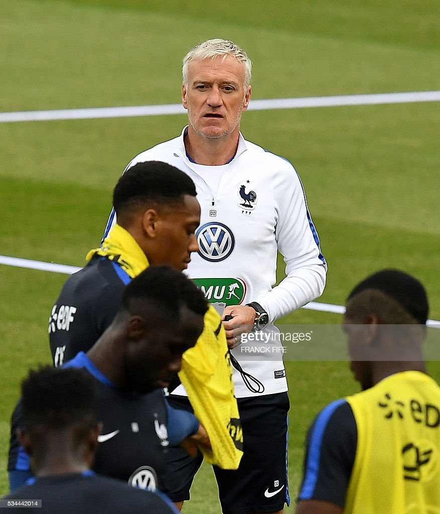 France's head coach Didier Deschamps (C) looks on during a training session in Clairefontaine en Yvelines on May 26, 2016, as part of the team's preparation for the upcoming Euro 2016 European football championships. / AFP / FRANCK