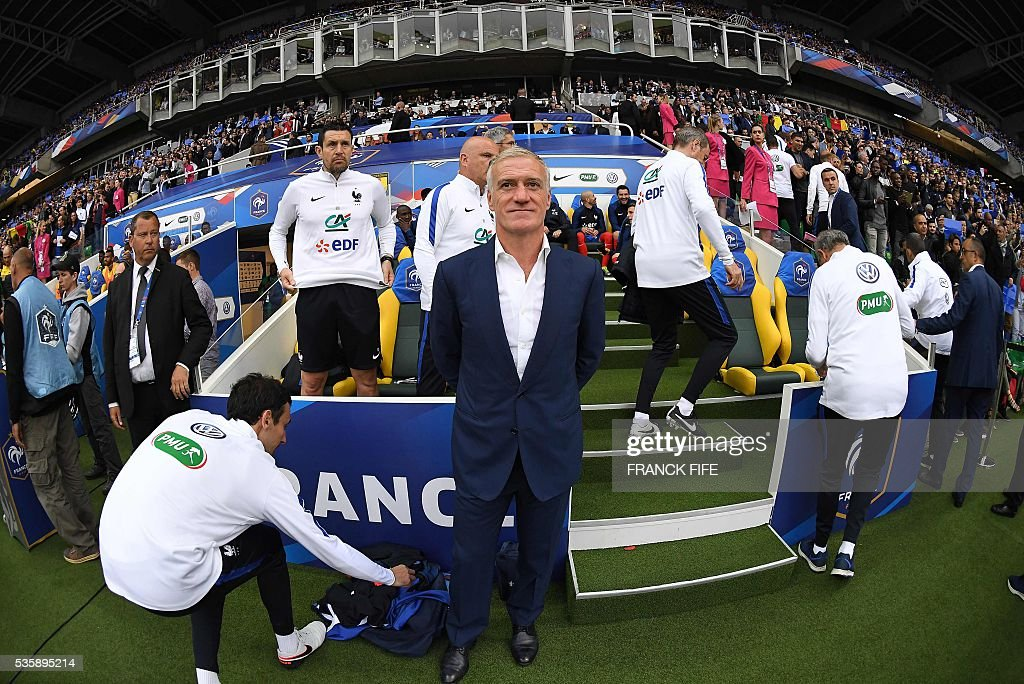 France's head coach Didier Deschamps (C) looks on during the friendly football match between France and Cameroon, at the Beaujoire Stadium in Nantes, western France, on May 30, 2016. / AFP / FRANCK