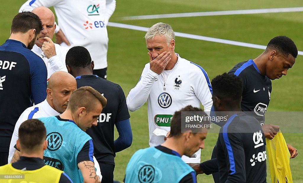 France's head coach Didier Deschamps (C) reacts next to his players during a training session in Clairefontaine en Yvelines on May 26, 2016, as part of the team's preparation for the upcoming Euro 2016 European football championships. / AFP / FRANCK