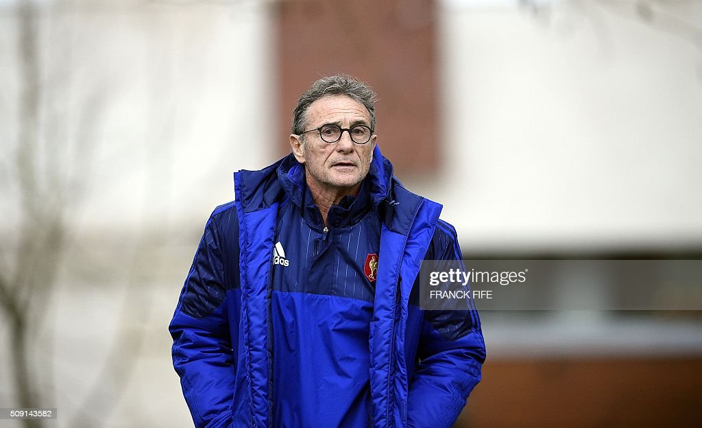 Frances head coach Guy Noves arrives for a training session in Marcoussis, south of Paris, on February 9, 2016, ahead of the Six Nations international rugby union match between France and Irland. / AFP / FRANCK FIFE