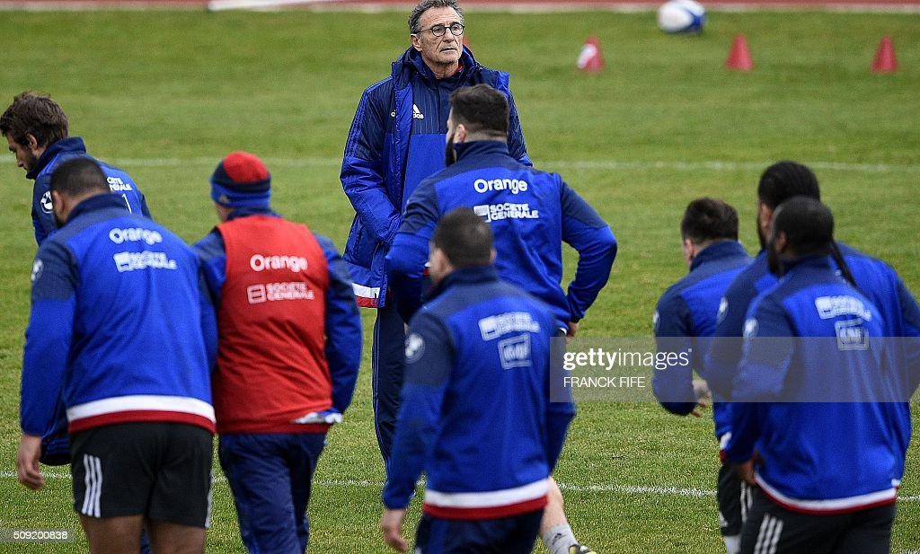 Frances head coach Guy Noves (C, up) looks at his players during a training session in Marcoussis, south of Paris, on February 9, 2016, ahead of the Six Nations international rugby union match between France and Irland. / AFP / FRANCK FIFE