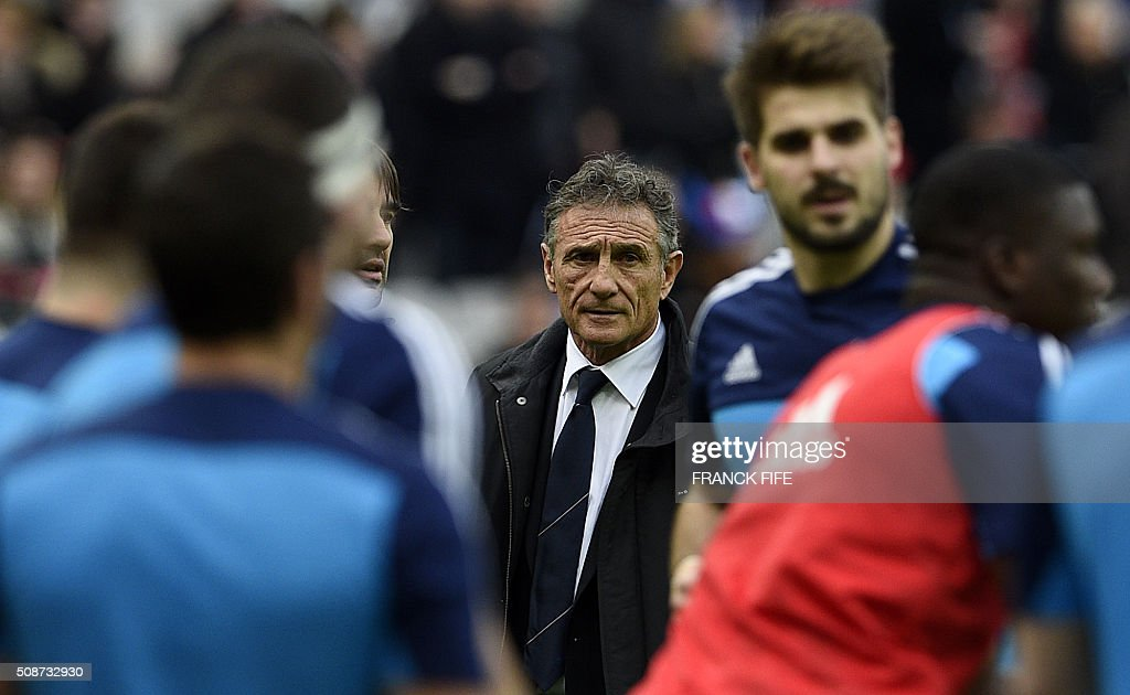 Frances head coach Guy Noves (C) looks at his players during warm up prior to the Six Nations international rugby union match between France and Italy at the Stade de France in Saint-Denis, north of Paris, on February 6, 2016. AFP PHOTO / FRANCK FIFE / AFP / FRANCK FIFE