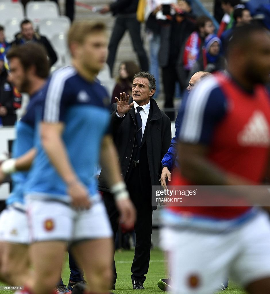 Frances head coach Guy Noves (C) looks on during warm up prior to the Six Nations international rugby union match between France and Italy at the Stade de France in Saint-Denis, north of Paris, on February 6, 2016. AFP PHOTO / FRANCK FIFE / AFP / FRANCK FIFE