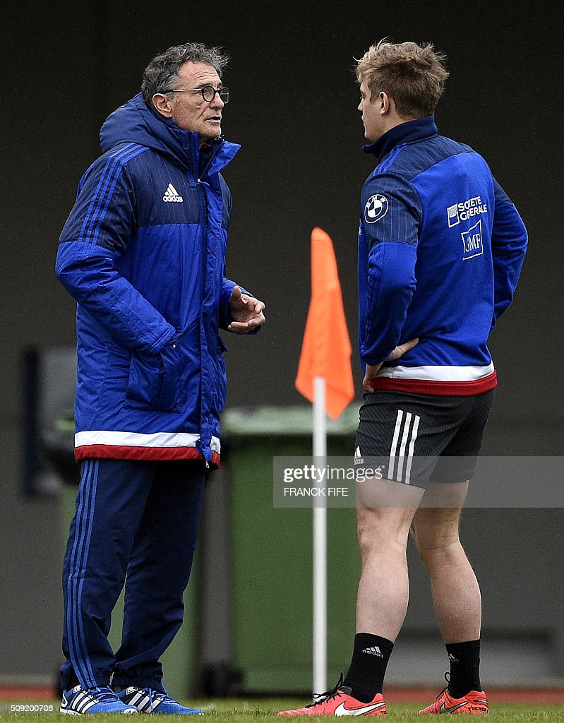Frances head coach Guy Noves (L) speaks with Frances fly half Jules Plisson during a training session in Marcoussis, south of Paris, on February 9, 2016, ahead of the Six Nations international rugby union match between France and Irland. / AFP / FRANCK FIFE