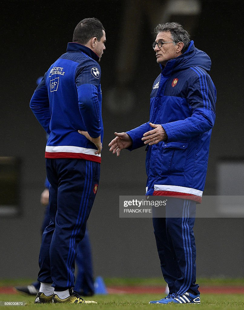 Frances head coach Guy Noves (R) speaks with Frances hooker and captain Guilhem Guirado during a training session in Marcoussis, south of Paris, on February 9, 2016, ahead of the Six Nations international rugby union match between France and Irland. / AFP / FRANCK FIFE