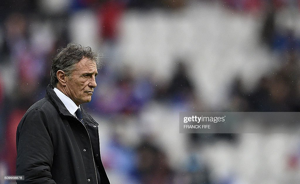 Frances head coach Guy Noves watches his players prior to the Six Nations international rugby union match between France and Ireland on February 13, 2016 at the Stade de France in Saint-Denis, north of Paris. AFP PHOTO / FRANCK FIFE / AFP / FRANCK FIFE
