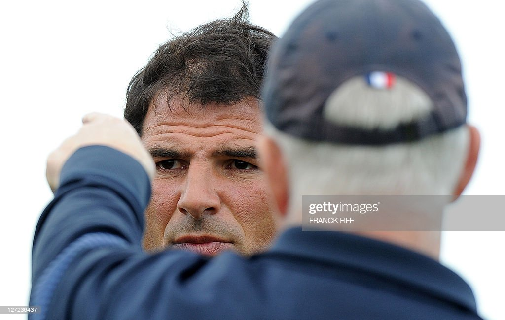 France's head coach Marc Lievremont (L) speaks with assistant team coach David Ellis of Britain during a public training session at the Takapuna Rugby Club in Auckland on September 27, 2011 during the 2011 Rugby World Cup. AFP PHOTO / FRANCK FIFE