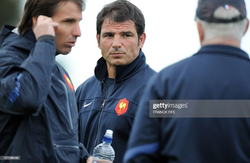France's head coach Marc Lievremont (C) speaks with assistant team coach David Ellis of Britain (R) and kicking coach Gonzalo Quesada during a public training session at the Takapuna Rugby Club in Auckland on September 27, 2011 during the 2011 Rugby World Cup.