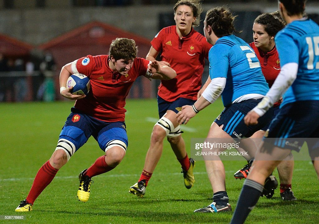 France's Hooker Gaelle Mignot (L) vies with Italy's Hooker Melissa Bettoni (R) during the Womens Six Nations rugby union match between France and Italy on February 6, 2016 at Marcel Verchère stadium in Bourg-en-Bresse, central France. KSIAZEK