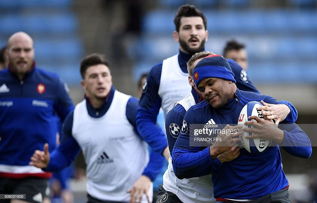 Frances inside centre Jonathan Danty (R) runs with a ball during a training session in Marcoussis, south of Paris, on February 9, 2016, ahead of the Six Nations international rugby union match between France and Irland. / AFP / FRANCK FIFE