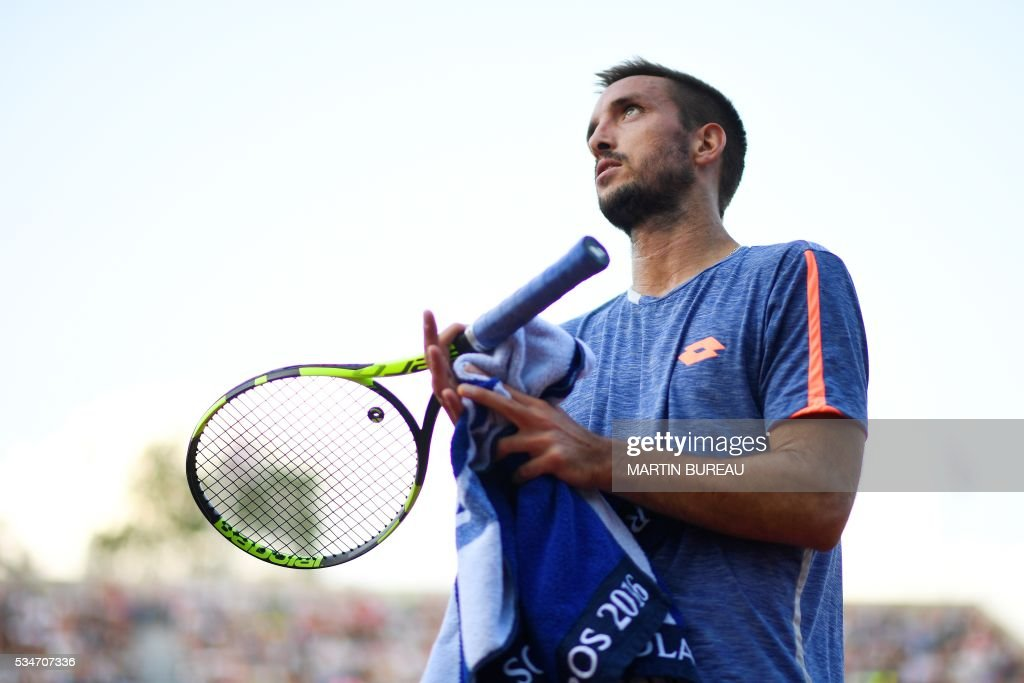 France's Jeremy Chardy looks on during his men's third round match against France's Gilles Simon at the Roland Garros 2016 French Tennis Open in Paris on May 27, 2016. / AFP / MARTIN