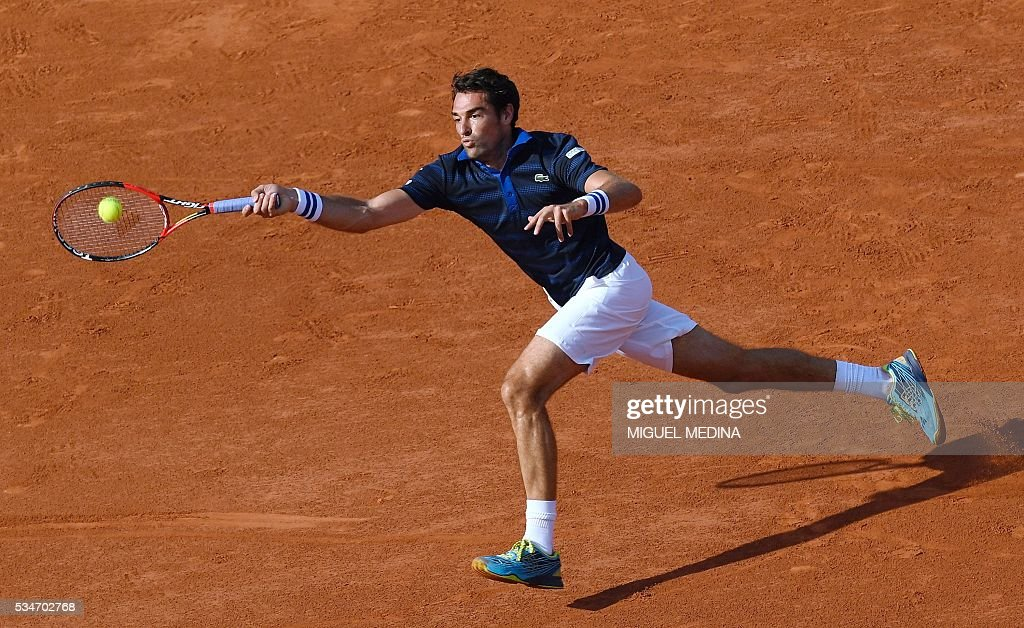 France's Jeremy Chardy returns the ball to Switzerland's Stanislas Wawrinka during their men's third round match at the Roland Garros 2016 French Tennis Open in Paris on May 27, 2016. / AFP / MIGUEL
