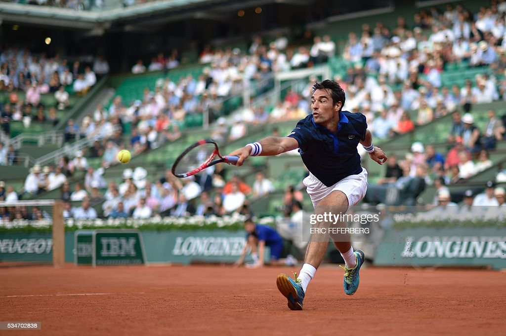 France's Jeremy Chardy returns the ball to Switzerland's Stanislas Wawrinka during their men's third round match at the Roland Garros 2016 French Tennis Open in Paris on May 27, 2016. / AFP / Eric FEFERBERG