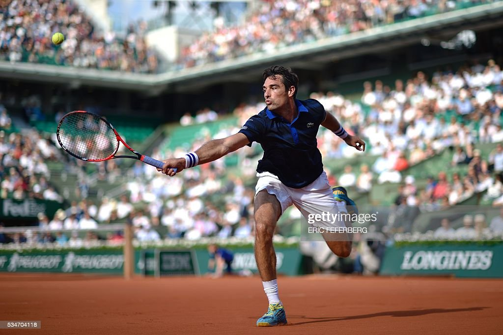 TOPSHOT - France's Jeremy Chardy returns the ball to Switzerland's Stanislas Wawrinka during their men's third round match at the Roland Garros 2016 French Tennis Open in Paris on May 27, 2016. / AFP / Eric FEFERBERG