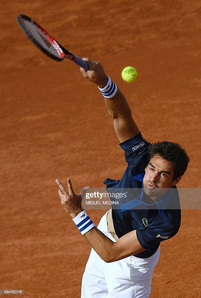 France's Jeremy Chardy serves the ball to Switzerland's Stanislas Wawrinka during their men's third round match at the Roland Garros 2016 French Tennis Open in Paris on May 27, 2016. / AFP / MIGUEL